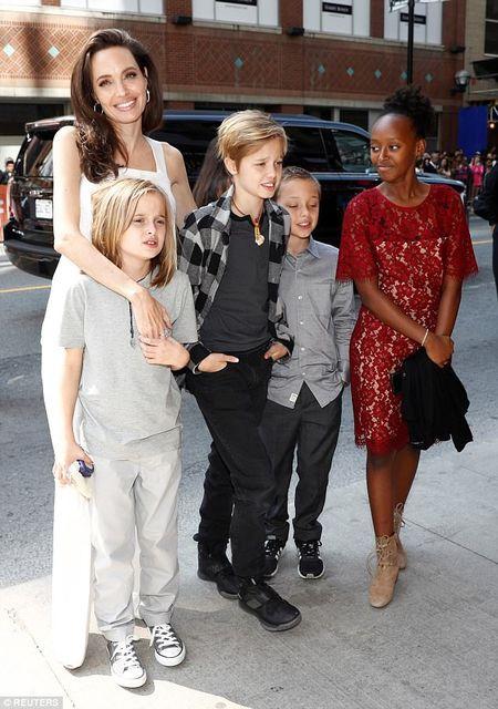 Angelina Jolie rang ngoi cung cac con tren tham do - Anh 4