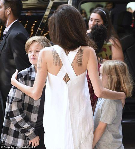 Angelina Jolie rang ngoi cung cac con tren tham do - Anh 7
