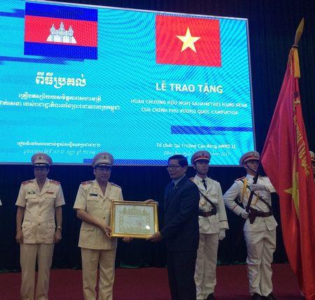 Trao Huan chuong Huu nghi cho 16 don vi Cong an Viet Nam - Anh 1