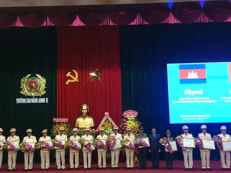 Trao Huan chuong Huu nghi cho 16 don vi Cong an Viet Nam - Anh 2