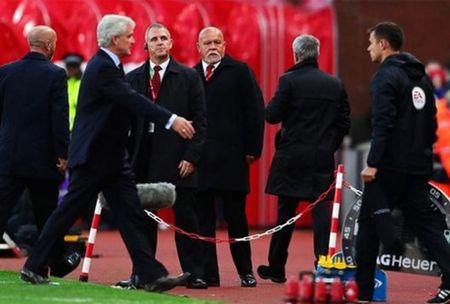HLV Stoke City tiet lo ly do bi Mourinho tu choi bat tay - Anh 1