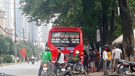 Xe khach Thanh Phong chay trai tuyen, tuy tien don tra khach doc duong - Anh 2