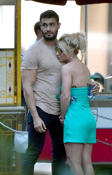 Britney Spears nung niu nga vao long bo tre trong cong vien Disney - Anh 3