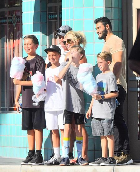 Britney Spears nung niu nga vao long bo tre trong cong vien Disney - Anh 4