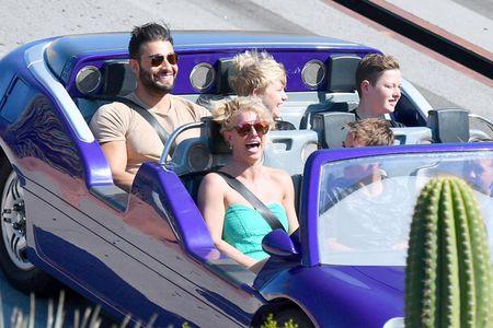 Britney Spears nung niu nga vao long bo tre trong cong vien Disney - Anh 6