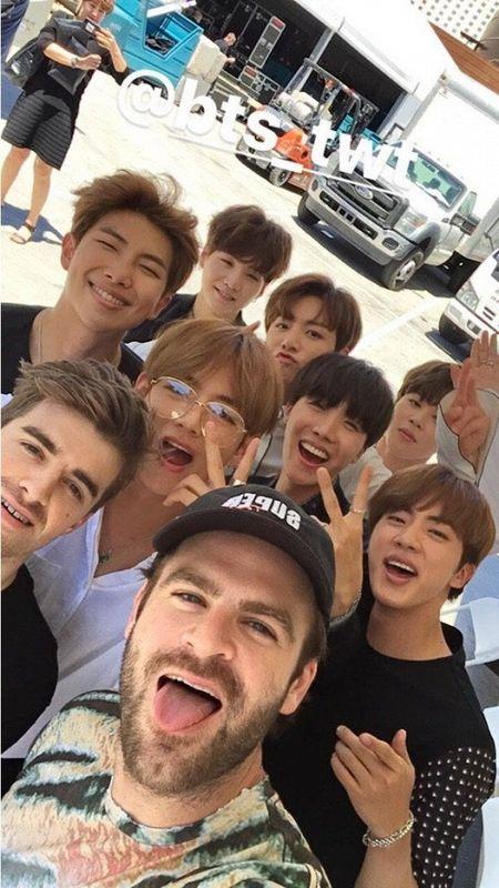 BTS bat tay cung The Chainsmokers: 'Bom tan' thuc su cua Kpop 2017 day roi! - Anh 1