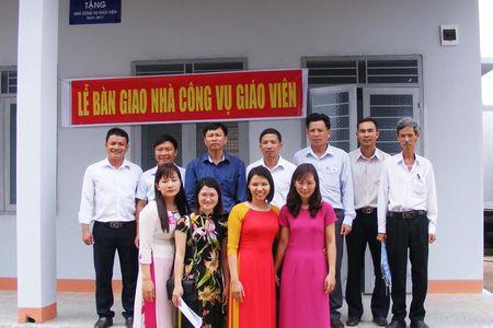 CD Nganh Giao duc tinh Dak Nong: Trao nha cong vu cho giao vien kho khan - Anh 1