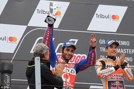 Hai huoc: Tay lai Moto GP phai... dat xe chay ve dich - Anh 2