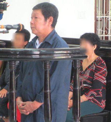 Ong noi loan luan voi chau gai 10 tuoi linh an chung than - Anh 1