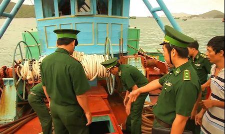 Nhuc nhoi tinh trang buon lau xang dau tren bien - Anh 1
