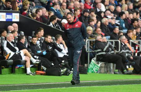Cu kung-fu cua Sadio Mane tai hien o tran Swansea - Newcastle - Anh 10