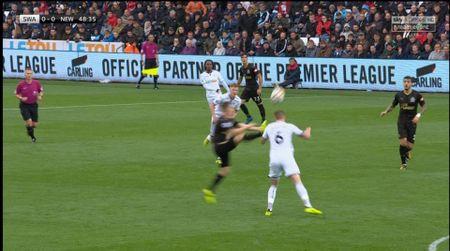 Cu kung-fu cua Sadio Mane tai hien o tran Swansea - Newcastle - Anh 1