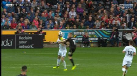 Cu kung-fu cua Sadio Mane tai hien o tran Swansea - Newcastle - Anh 2