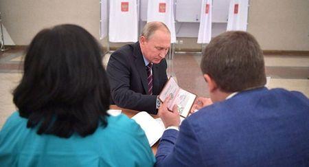 Anh ho chieu cua Tong thong Putin duoc dang tren mang - Anh 1