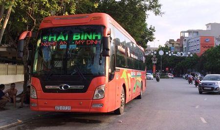 Bat doi tuong van chuyen 15 banh heroin tren xe khach - Anh 1