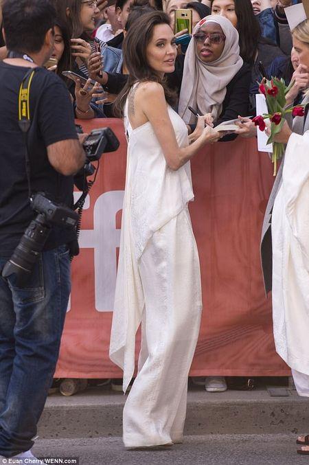 Angelina Jolie lay lai phong thai minh tinh sau 'bao' hon nhan do vo - Anh 10