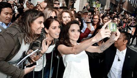 Angelina Jolie lay lai phong thai minh tinh sau 'bao' hon nhan do vo - Anh 1