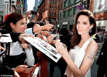 Angelina Jolie lay lai phong thai minh tinh sau 'bao' hon nhan do vo - Anh 4
