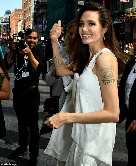 Angelina Jolie lay lai phong thai minh tinh sau 'bao' hon nhan do vo - Anh 5