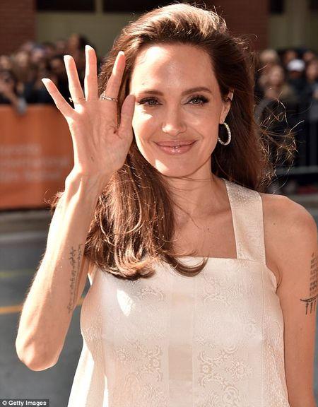 Angelina Jolie lay lai phong thai minh tinh sau 'bao' hon nhan do vo - Anh 9