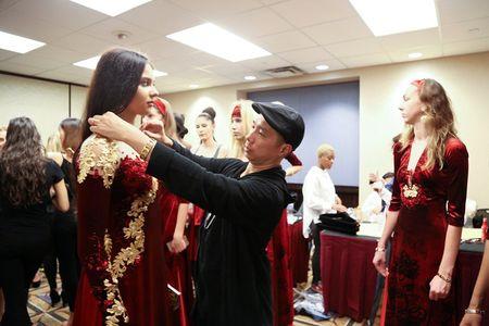 Ao dai dat vang Viet gay an tuong tai New York Couture Fashion Week - Anh 3