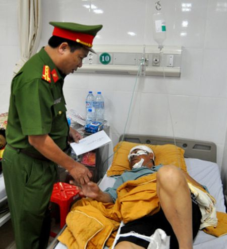 Trung ta CSGT bi tong trong thuong tren Cao toc Noi Bai-Lao Cai - Anh 1