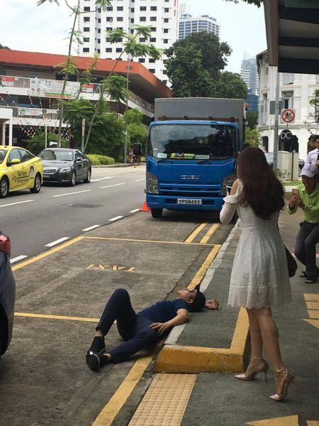Quach Tuan Du 'quan quai' tren duong pho Singapore keu goi bao ve moi truong - Anh 2