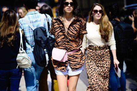 Thoi trang duong pho New York Fashion Week: Tu sexy den sang chanh - Anh 12