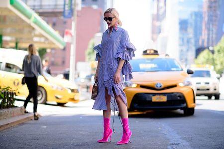 Thoi trang duong pho New York Fashion Week: Tu sexy den sang chanh - Anh 14
