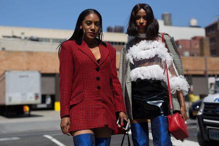 Thoi trang duong pho New York Fashion Week: Tu sexy den sang chanh - Anh 7