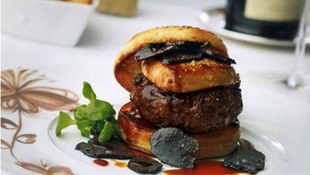 Co gi trong chiec hamburger gia hon 100 trieu, an mot lan nho ca doi? - Anh 1