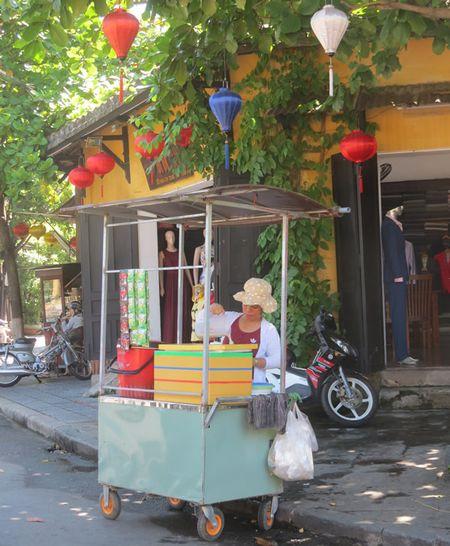 Hoi An xu ly hang rong, buon ban via he: Sap xep va duy tri nhung loai hang rong phu hop - Anh 2