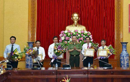 Bo Cong an va Bao Nhan Dan tong ket 5 nam phoi hop tuyen truyen ve bao ve an ninh, trat tu - Anh 1