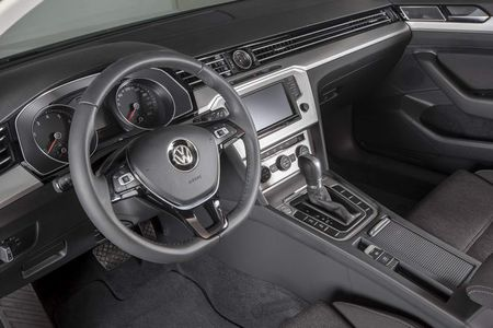 Volkswagen Passat BlueMotion gia 1,450 ty dong o Viet Nam - Anh 3