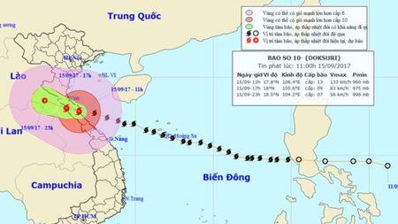 Trong 5 gio toi, bao so 10 di sau vao dat lien cac tinh Ha Tinh den Quang Tri va suy yeu dan - Anh 1