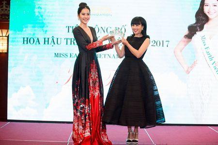 Nam Em trao vuong mien 'Hoa hau Trai dat Viet Nam' cho A hau Ha Thu - Anh 5