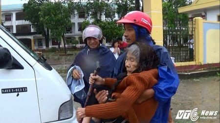 Bao so 10 gay vo de o Ha Tinh, nuoc song dang dang cao - Anh 4