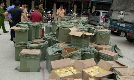 Phat hien xe tai cho trai phep gan 2.500kg phao - Anh 1
