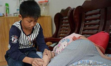 Trung Quoc: Dau long canh bo me tu tay rot nua lit ruou cho con gai uong moi ngay - Anh 4