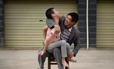 Trung Quoc: Dau long canh bo me tu tay rot nua lit ruou cho con gai uong moi ngay - Anh 5