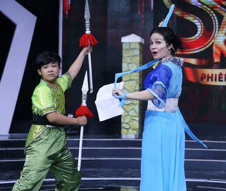 Vo Kim Tu Long dep ngot ngao, dua 2 con trai dang yeu di lam giam khao - Anh 10