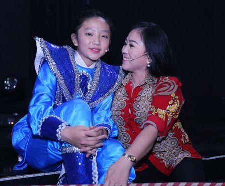 Vo Kim Tu Long dep ngot ngao, dua 2 con trai dang yeu di lam giam khao - Anh 12