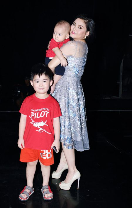 Vo Kim Tu Long dep ngot ngao, dua 2 con trai dang yeu di lam giam khao - Anh 2