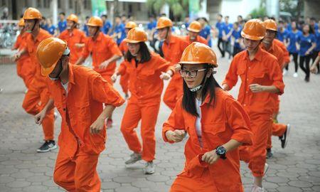 Hon 200 sinh vien Dai hoc Xay dung 'hoa' thanh cong nhan - Anh 1