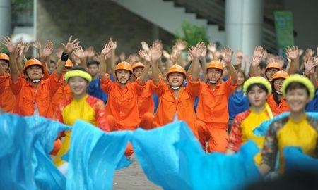 Hon 200 sinh vien Dai hoc Xay dung 'hoa' thanh cong nhan - Anh 2