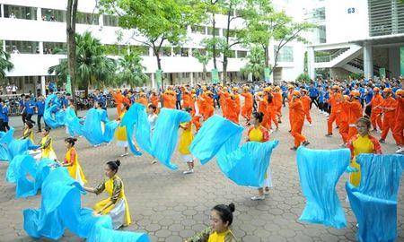 Hon 200 sinh vien Dai hoc Xay dung 'hoa' thanh cong nhan - Anh 3