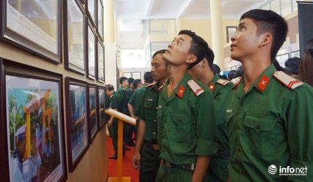 Bo TT&TT trao tang ban do, tu lieu ve Hoang Sa, Truong Sa cho Quan khu 4 - Anh 10