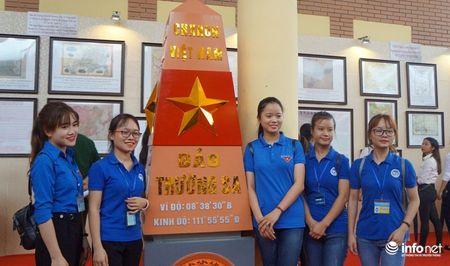 Bo TT&TT trao tang ban do, tu lieu ve Hoang Sa, Truong Sa cho Quan khu 4 - Anh 12