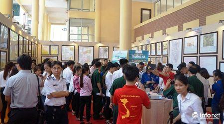 Bo TT&TT trao tang ban do, tu lieu ve Hoang Sa, Truong Sa cho Quan khu 4 - Anh 13