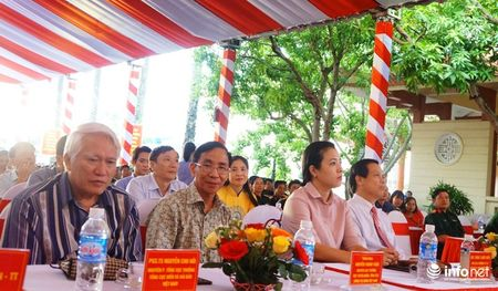Bo TT&TT trao tang ban do, tu lieu ve Hoang Sa, Truong Sa cho Quan khu 4 - Anh 1